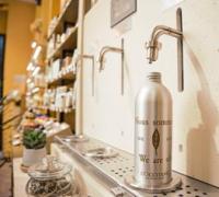 L'Occitane teste la recharge de gels douche en boutique